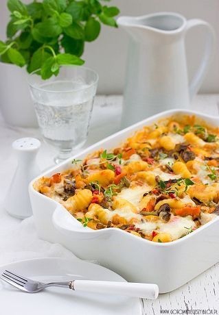 Zapiekanka warzywna z gnocchi i mozzarellą to pomysł na prosty i smaczny obiad w wersji wegetariańskiej. Jeśli macie ochotę, możecie dodać do niej na przykład