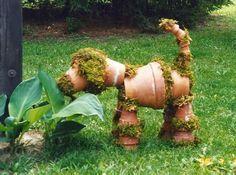 Para enfeitar o jardim, cachorro feito com vasos de barro e musgo. #garden #jardim #dog