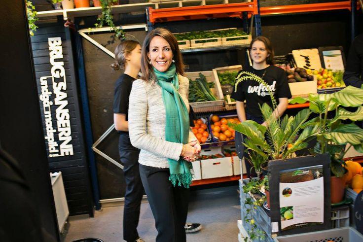 Para combater o desperdício, uma ONG na Dinamarca (Folkekirkens Nødhjælp) inaugurou na semana passada o WeFood, o primeiro supermercado do país dedicado exclusivamente à venda de comidas perto da data de vencimento e pela metade do preço.