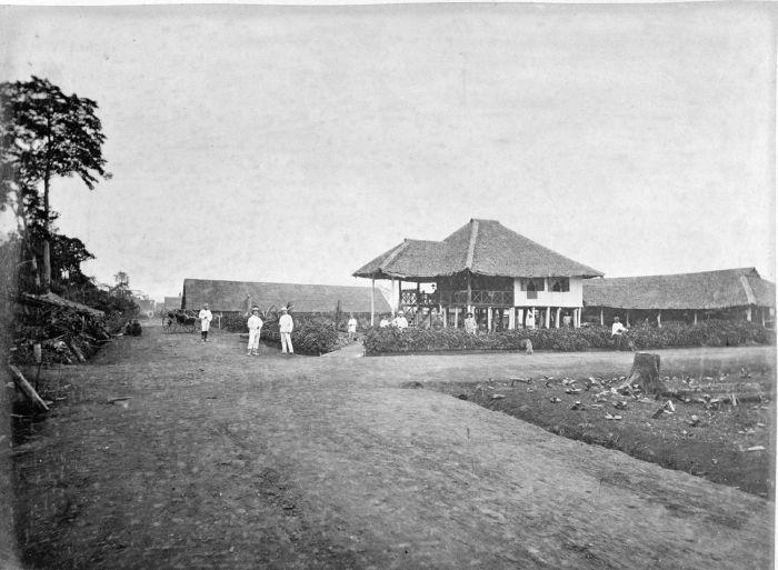 1885-1895: Rumah asisten perkebunan tembakau Deli Tuwah, Deli Serdang, Sumatera Utara. Juru foto: G.R. Lambert & Co. Studio Foto.