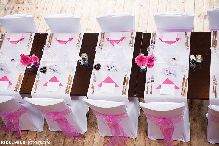 Weddingstyling / de versiering / aankleding tijdens een bruiloft. strik, tule, bloem, roos, roze, stoel, decoratie, stoelen, tafel, table, trouwlocatie, diner, organza, bruidsfotograaf, bruidsfotografie, trouwreportage, trouwfoto, bruidsreportage, huwelijksfotograaf, trouwfotograaf, decoratie  http://www.rikkemienfotografie.nl/