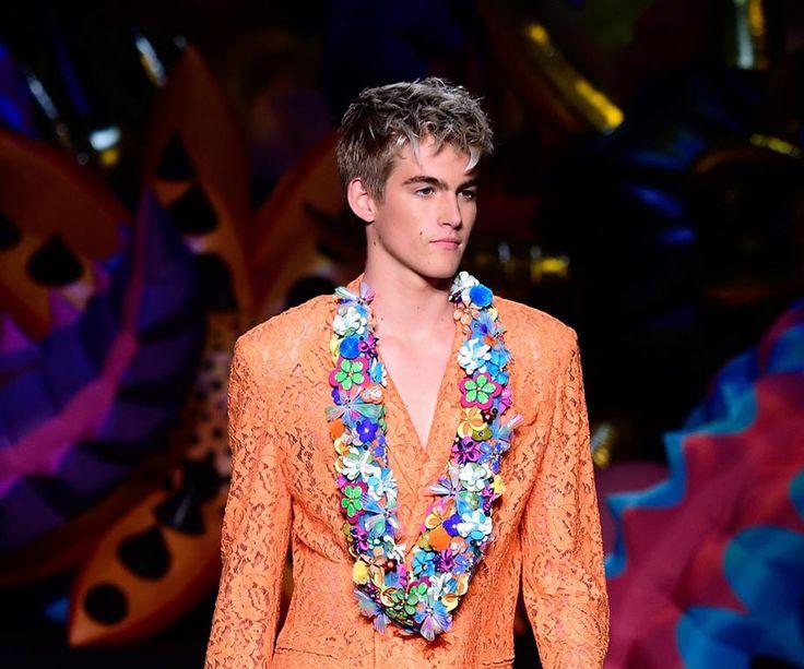 """16-годишният син на Синди Крауфорд и бизнесмена Радни Гербер – Пресли Гербер, дебютира на модния подиум в ревю на Джеръми Скот за """"Москино"""" в Лос Анджелис. виж тук: http://www.hubav-den.com/%d0%bf%d1%80%d0%b5%d1%81%d0%bb%d0%b8-%d0%b3%d0%b5%d1%80%d0%b1%d0%b5%d1%80-%d1%81%d0%b8%d0%bd%d1%8a%d1%82-%d1%81%d0%b8%d0%bd%d0%b4%d0%b8-%d0%ba%d1%80%d0%b0%d1%83%d1%84%d0%be%d1%80%d0%b4/"""