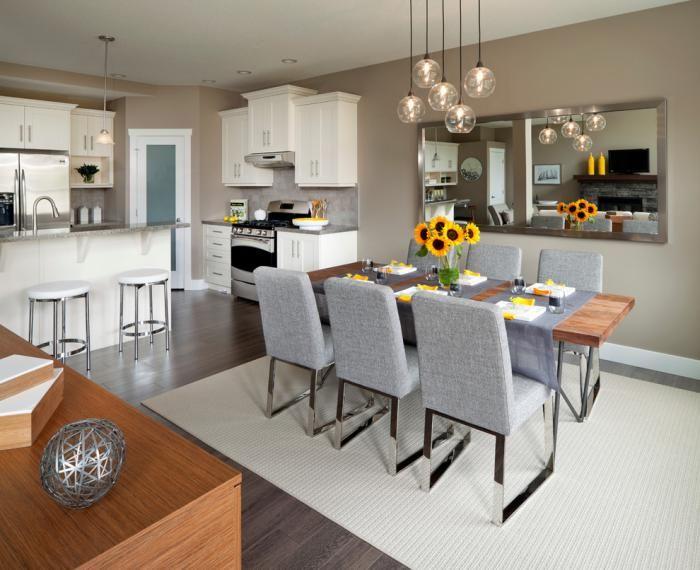 suspension en verre, table de déjeuner en bois, chaises grises en tissu et acier, cuisine moderne