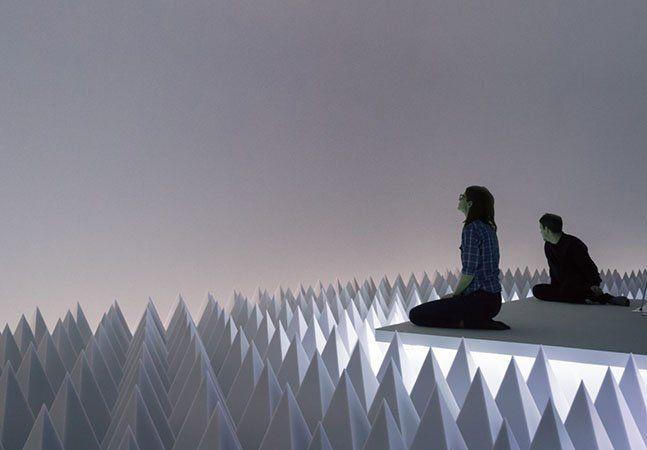 Quem mora em cidades – e nem precisa ser das maiores – provavelmente não sabe o que é o silêncio verdadeiro. Mesmo de madrugada, quando tudo parece calmo, algum som costuma reverberar. Criado no deserto do Arizona, nos EUA, o artista Doug Wheeler esperou mais de 40 anos até que a tecnologia lhe permitisse criar uma exibição à prova de som. O Museu Guggenheim apresenta o PSAD Synthetic Desert III, projeto elaborado por Wheeler em 1971 e que só agora se tornou realidade. No topo do museu, uma…