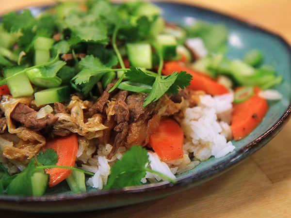 Lisa Lemke tar sig an det kinesiska köket och bjuder på en härlig biffrätt med massor av grönsaker.