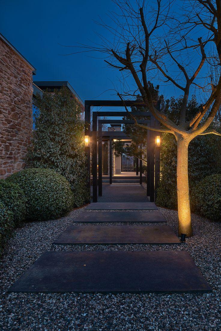 Mooie verlichting langs paden geeft de tuin diepte en een bijzondere sfeer. En een verlicht pad is wel zo veilig als je 's nachts thuiskomt.