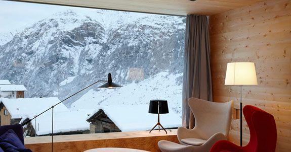 スイスの山の裾野の人里離れたレイの村で、ピーター·ズントーが手がけた二つの別荘は、光・空・静寂・自然のデザインコンセプトの元に、雪景色の山の中に毅然と佇んでいる。