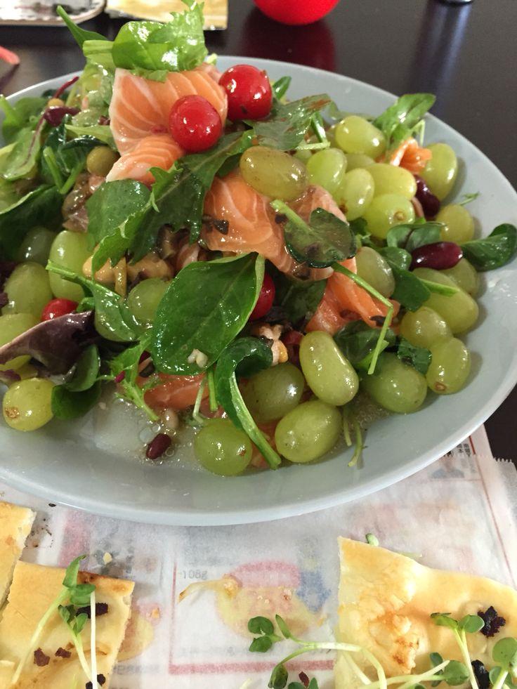 ぶどうと豆とサーモンのサラダ。  Grapes and salmon and beans salad