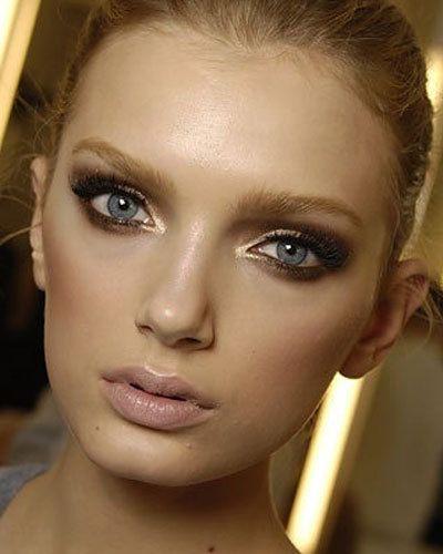 8. Laat je oogkleur sprekenDe beste manier om de kleur van je ogen naar voren te laten komen is door een contrasterende kleur aan te brengen als eyeliner. Wanneer je groene ogen hebt ga je voor een paarse eyeliner. Bij bruine ogen staat donkerblauw het mooiste. Lichtbruine ogen komen het mooiste naar voren met een groene eyeliner. Blauwe ogen? Gebruik dan chocoladebruine tinten.