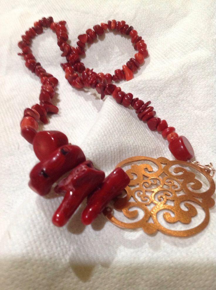 Collar coral rojo y calado de cobre de Ecoideacl en Etsy https://www.etsy.com/es/listing/548251453/collar-coral-rojo-y-calado-de-cobre
