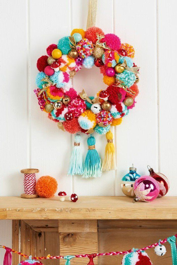 pompon fourchette, armoire en bois, boules de noël, guirlande multicolore