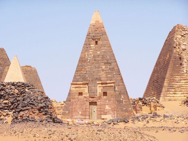 Royaume de Koush - La pyramide N19 (au centre) du site de Méroé, dans l'antique Nubie égyptienne, et l'actuel Soudan.