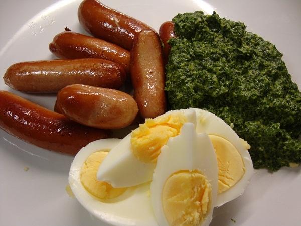 Stuvad spenat med ägg och prinskorv (creamed spinach with eggs & sausages)