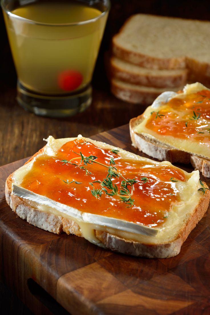 Te presentamos un sándwich de mermelada de chabacano y queso brie que está exquisito. La combinación del queso brie con la mermelada de chabacano es espectacular. Lo que le aporta un delicioso sabor a la receta es el Pan Oroweat® Butter Milk.