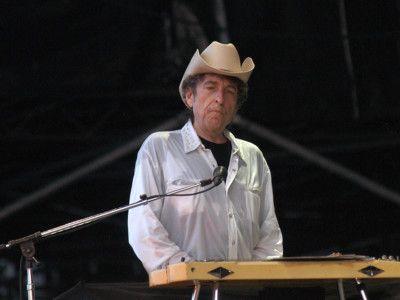 Боб Дилан получил премию   Боб Дилан  — американский автор и исполнитель, писатель, художник и киноактер, а теперь еще и обладатель Нобелевской премии по литературе. Нобелевская премия была присуждена Бобу Дилану в 2016 году за создание новой поэтической выразительности в американской песенной традиции. Нобелевская премия Боба Дилана стала неожиданностью для певца.  Член Шведской академии Клас Остергрен (Klas Ostergren) рассказал, что 75-летний певец и автор песен получил свою награду в…