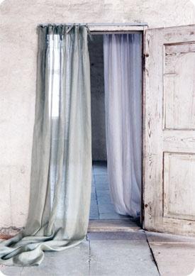 Fint med långa enfärgade släpande gardiner. Avslappnad stil.