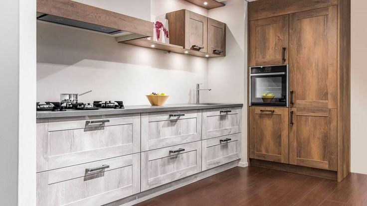 Keukenloods.nl - Unieke rechte keuken met kastenwand in houtmotief. Deze keuken is uitgerust met een betonnen werkblad, pittcooking kookelementen, Neff oven, Bosch vaatwasser en een Liebherr koel/vriescombinatie. Deze keuken is te bekijken in de vestiging Roosendaal.