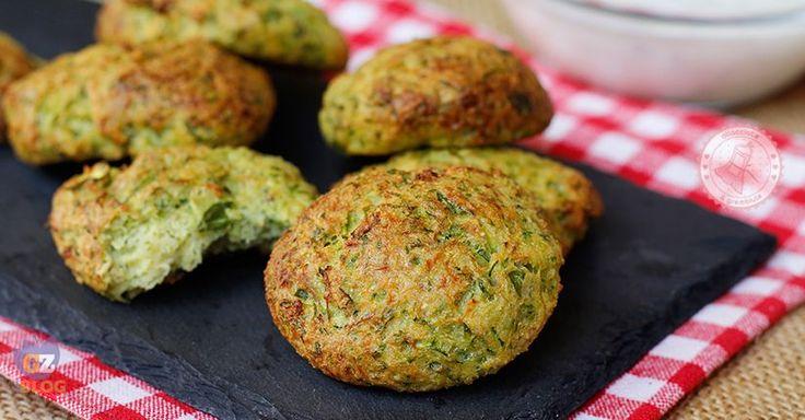 Le frittelle di zucchine al forno un antipasto semplice, veloce e gustosissimo, con poche calorie e perfetto sia caldo che freddo.