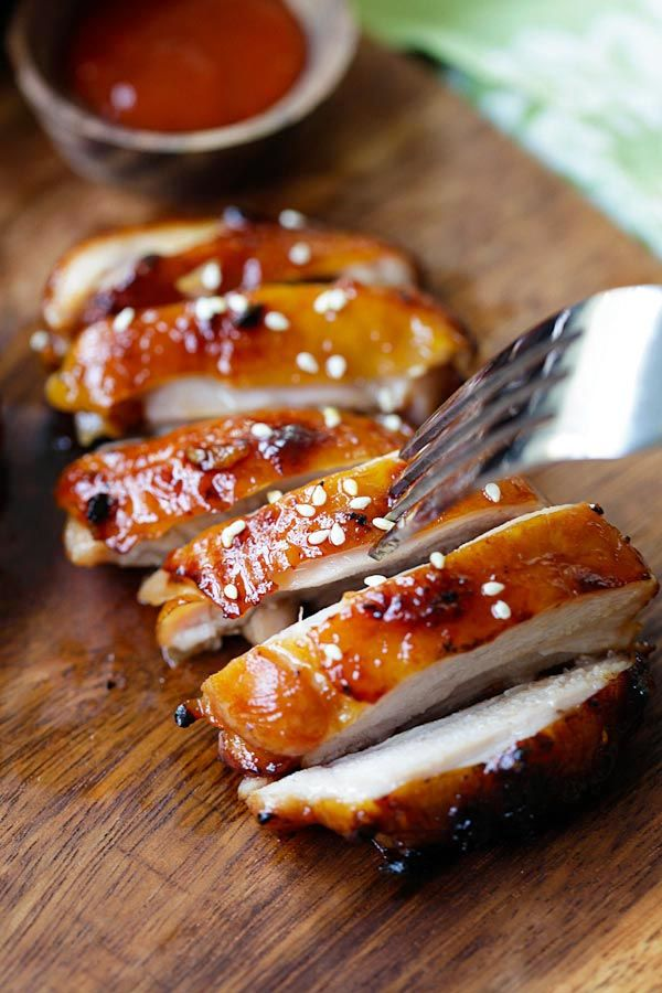 Honey Sriracha Chicken – crazy delicious chicken with honey sriracha marinade. Make it on a skillet, bake or grill for dinner tonight.