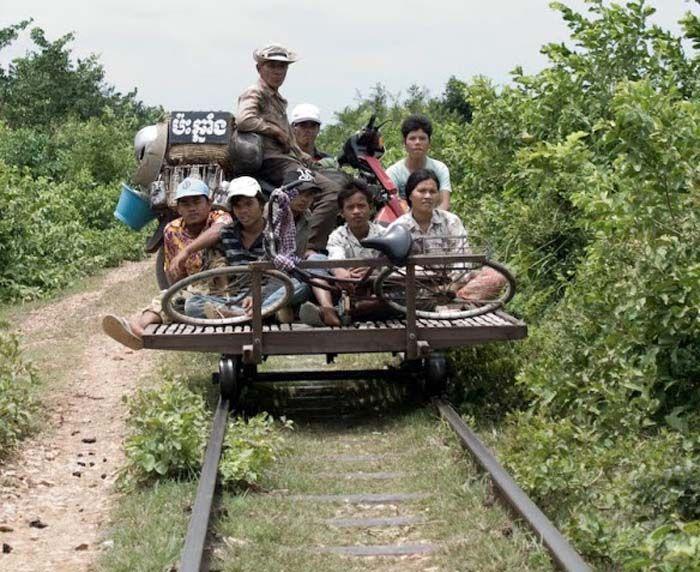 Per trein reizen in Cambodja heeft een hele andere betekenis dan in Nederland! Bezoek de bamboetrein van Battambang met Original Asia!