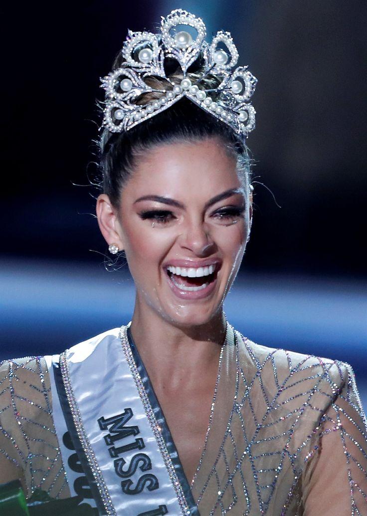 Stralend met die Mej Heelal kroon op haar kop. Reuters Demi-Leigh Nel-Peters