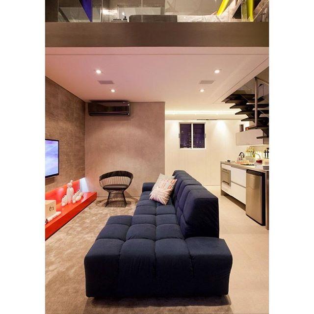 Loft lindo pra inspirar essa segunda-feira! Destaque para o sofá azul marinho e o aparador vermelho, cores que funcionam super bem juntas!!! Quem gosta? #87adora #loft #arquitetura #architecture #archilovers #design #homedesign #instadesign #interiores #interiordecor #decoração #decorando #decor