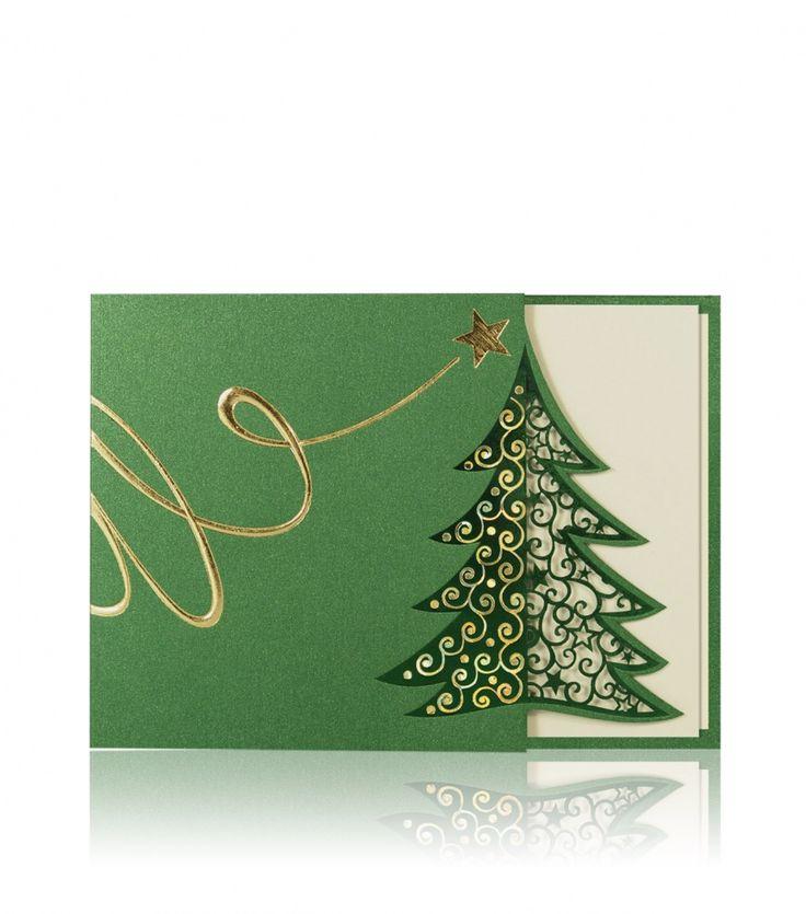 Zielony metaliczny papier, złoty, wielobarwnie mieniący oraz zielony nadruk. Ta kartka świąteczna ujmuje częścią elegancko umieszczonej laserowo rzeźbionej choinki, spod której prześwituje perłowy kremowy papier, który jest wklejony do wnętrza kartki. W lewej części choinki mamy wykonany mieniący się wielobarwny druk.