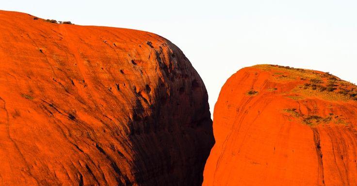 O topo de uma rocha de cozimento brilha ao sol, no parque nacional de Uluru Kata Tjuta, na Austrália. A formação rochosa de Kata Juta, também conhecida como Olga, é composta por 36 domos e é uma rocha sedimentar