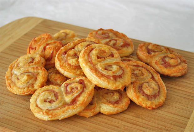 Las palmeras de hojaldre no tienen por qué ser siempre dulces. Prueba esta receta de palmeritas de jamón York y queso ideales para las meriendas de los niños... ¡y de los adultos!