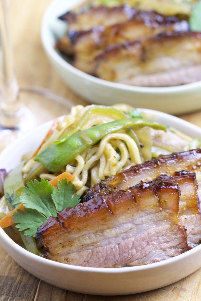 Asiatische Gemüse-Nudel-Pfanne mit glasiertem Schweinebauch