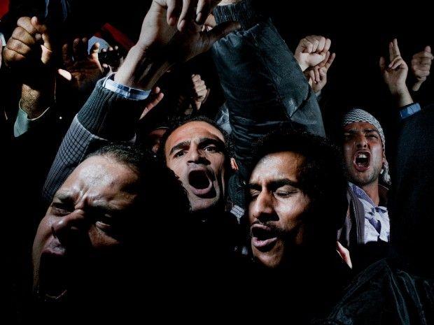 10 febbraio, Cairo, Egitto.   Dimostranti in piazza Tahrir contestano il discorso televisivo del presidente egiziano Hosni Mubarak che, contrariamente alle previsioni, ha  dichiarato di non voler lasciare il potere.