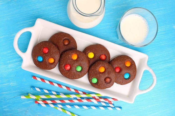 I biscotti al cioccolato con caramelle colorate faranno felici i vostri bambini, ma non solo. Vedrete che andranno a ruba anche tra i più grandi, soprattutto tra gli amanti del cioccolato!    L'aggiunta del cioccolato fondente, oltre al cacao in polvere,intensifica l'aroma e il profum