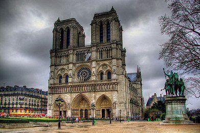 place du Parvis de Notre-Dame - Paris 4ème  ... Notre-Dame de Paris et statue de Charlemagne