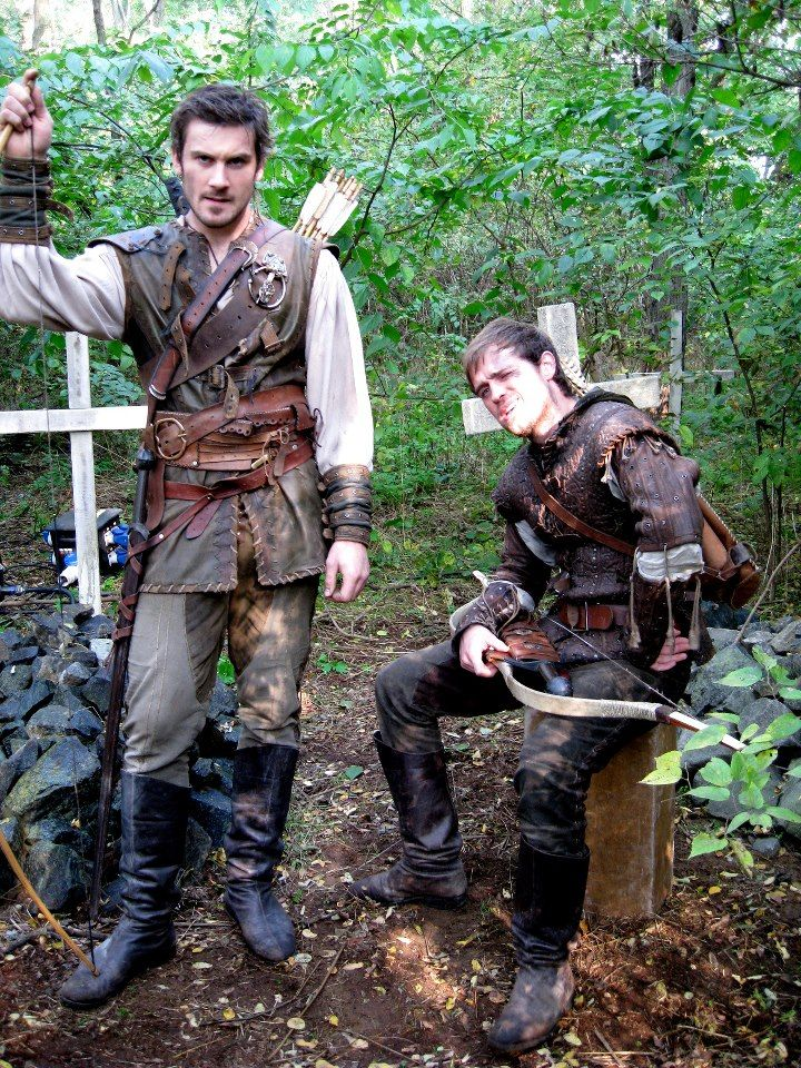 funny brothers, Archer (Clive Standen)  Robin (Jonas Armstrong) - bbc Robin Hood