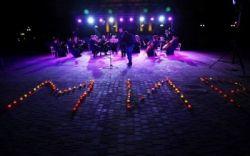 """В День памяти и примирения, состоялась всеукраинская мемориально-художественная акция """"Первая минута мира"""". Ровно в 23.00 Украина засветилась тысячами свечей, которыми участники мероприятия выложили..."""