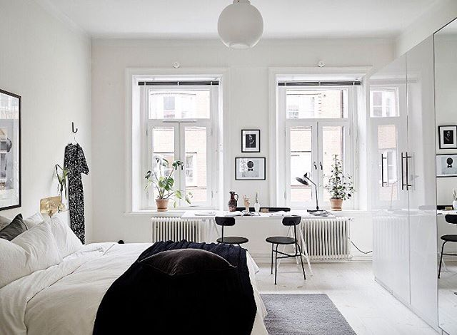Risåsgatan 5, Linnéstaden  2 r o k / 80 kvm - 4 280 000kr @stadshem @fotografjonasberg @greydeco.se #aptgbg #bedroomdecor #bedroom #bed #window #lovely #lamp #bedroominspo #modern #decoration #design #inspiration #interior #interiordesign #scandinavian #stylish #details #inspohome #light #modern #inspo #nordicdesign #interior4all #trend #desk #deco #interiors #interiør #styling #forsale