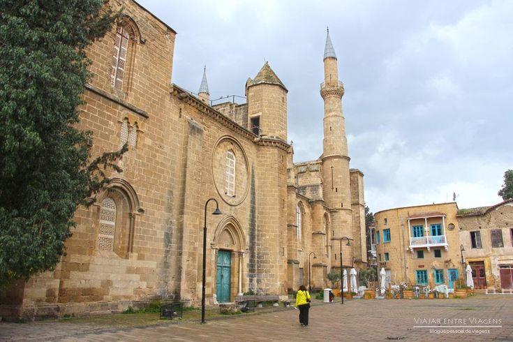 Viajar no Chipre do Norte, a auto-proclamada República do Chipre do Norte, pode ser feito de três formas diferentes: avião, carro ou transportes públicos.