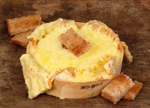Запеченный камамбер с тимьяном, чесноком и чесночным хлебом