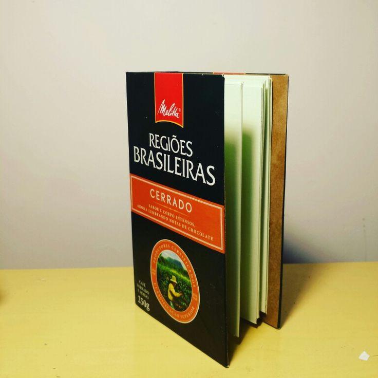 Caderno feito com caixa de café reciclado.