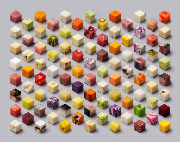 Serie de cubos recortados dentro de alimentos: verduras, frutas, pescados…