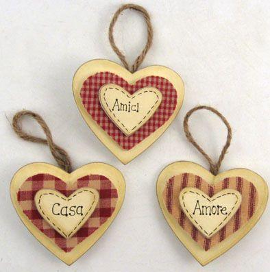 Cuori di legno con inserti in stoffa e scritte
