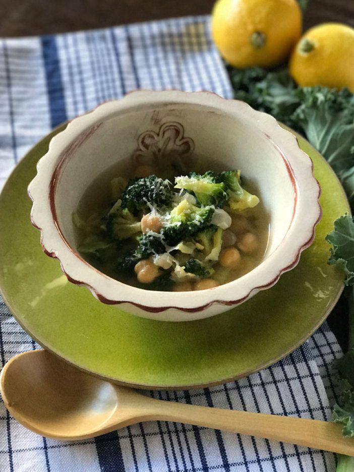 くたくたに煮たブロッコリーとひよこ豆のスープには、たっぷりのパルミジャーノ・レッジャーノが必須。好みでもっと分量を増やしてもOK!|『ELLE gourmet(エル・グルメ)』はおしゃれで簡単なレシピが満載!