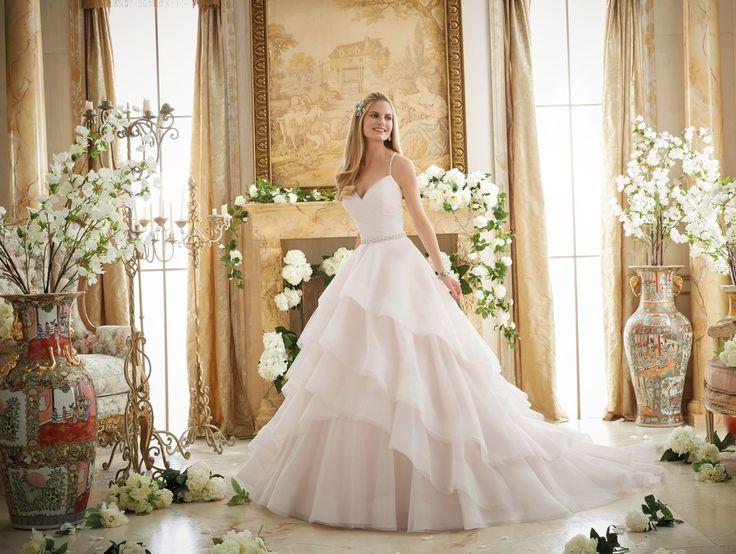 Bogato zdobione kryształkami plecy i lekkie falbany na spódnicy, czyli wymarzona suknia ślubna Mori Lee dla księżniczki. Subtelne błyszczące ramiączka, …