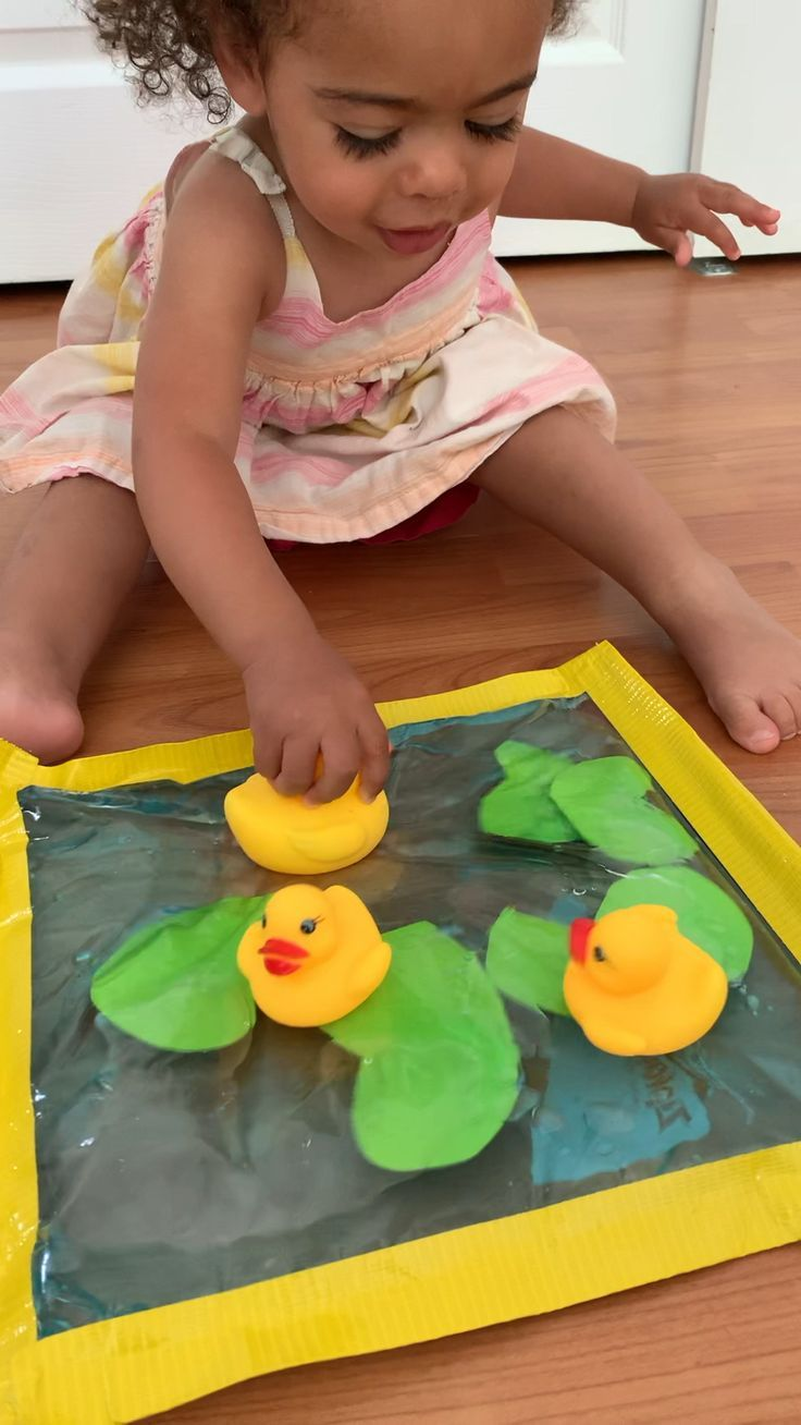 Create a fun and mess free rubber duck pond sensory bag activity for your baby or toddler! It's a great early pretend play activity for toddlers.
