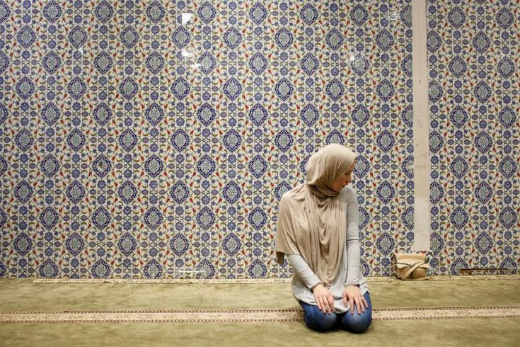 A woman, takes part in an afternoon prayer on the first day of Ramadan at the Islamic Cultural Center in Manhattan, New York. (Gabriela Bhaskar / REUTERS) http://pow.photos/2017/international-pow-23-29-may/