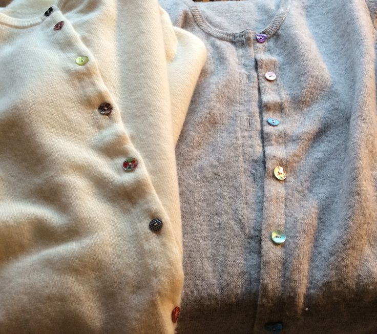 De kjedelige knappene i mine gamle cardigans er skiftet ut med forskjellige perlemorsknapper jeg hadde i samlingen. Enkel fornyelse.