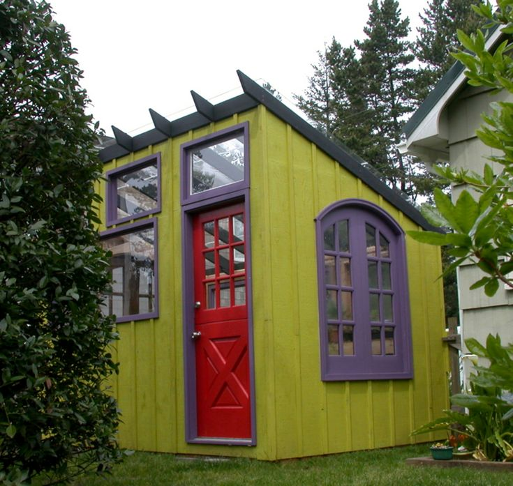 great tiny house, I love the shed roof and clerstory windows. And the colours make me happy!