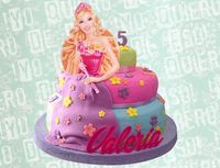 Torta de vainilla y chocolate con diseño de Barbie elaborado en fondant