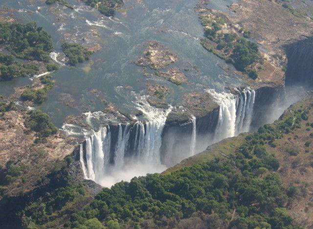 Le cascate Vittoria tra Zimbabwe e Zambia in Africa  Celebri in tutto il mondo, al confine tra Zambia e Zimbabwe, offrono una particolare attrazione, la cosiddetta Piscina del Diavolo, che permette ai turisti più coraggiosi di avventurarsi sul bordo delle cascate.