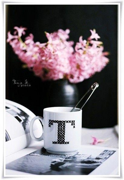 kaffee-dekoration-kuchen-selbst-gemacht-tasse-monogramm